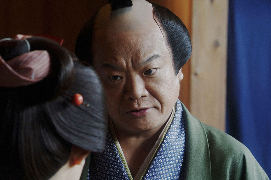 えびす座・前室にて、千代にあることを言う須賀廼家千之助(星田英利)(C)NHK