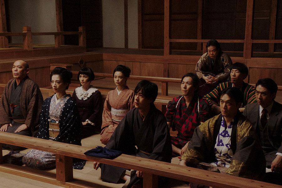 熊田から大山社長の言葉を聞く「鶴亀家庭劇」座員一同 (C)NHK