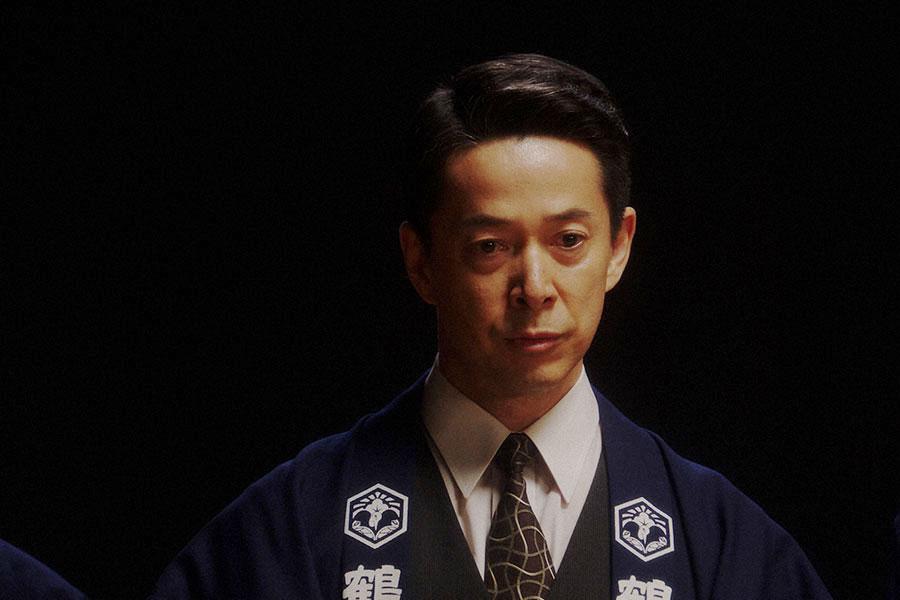 えびす座・舞台にて、劇団員たちに大山社長の言葉を伝える熊田(西川忠志)(C)NHK