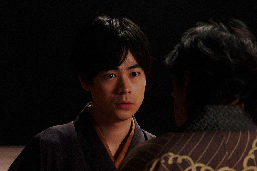 千之助と話しをする天海一平(成田凌)(C)NHK