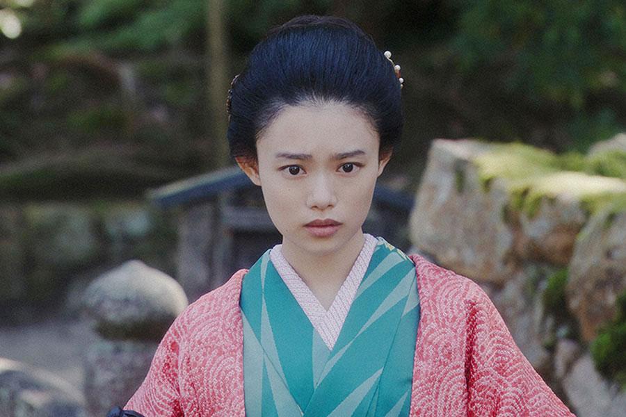 神社にて、みつえと話しをする千代(杉咲花)(C)NHK