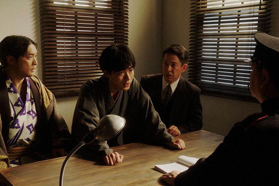 大阪府警察部にて、警官と話しをする一平(成田凌)(C)NHK