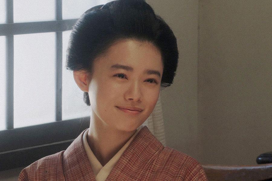 福富楽器店にて、ある人と話しをする千代(杉咲花)(C)NHK