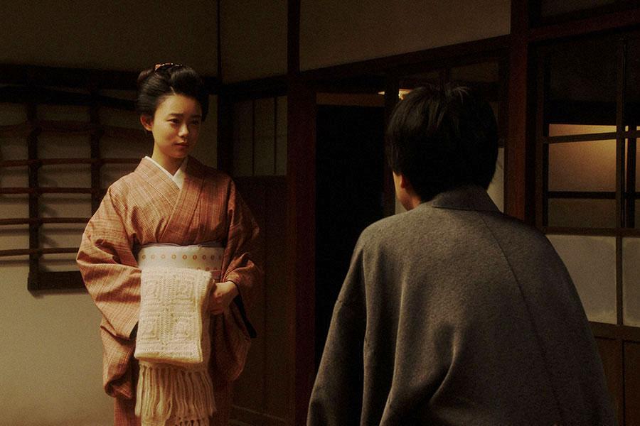 鶴亀家庭劇・稽古場にて、一平(成田凌)からあることを言われる千代(杉咲花)(C)NHK