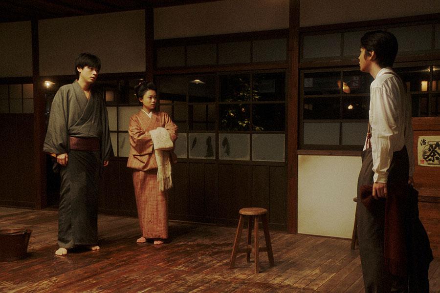 ヨシヲ(倉悠貴)と話しをする千代(杉咲花)と一平(成田凌)(C)NHK