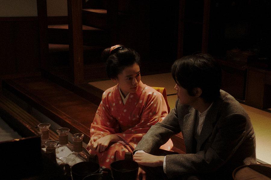 岡安・台所にて、ヨシヲ(倉悠貴)と話しをする千代(杉咲花)(C)NHK