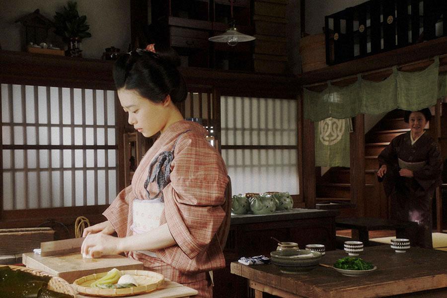 岡安・台所にて、ハナ(宮田圭子)からあることを頼まれる千代(杉咲花)(C)NHK