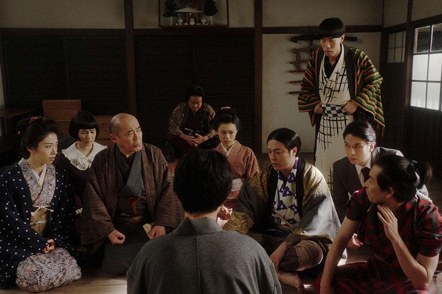 鶴亀家庭劇稽古場にて、話しをする一同 (C)NHK
