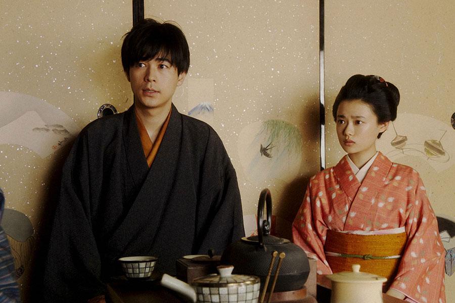 女将にあることを尋ねる千代(杉咲花)と一平(成田凌)(C)NHK