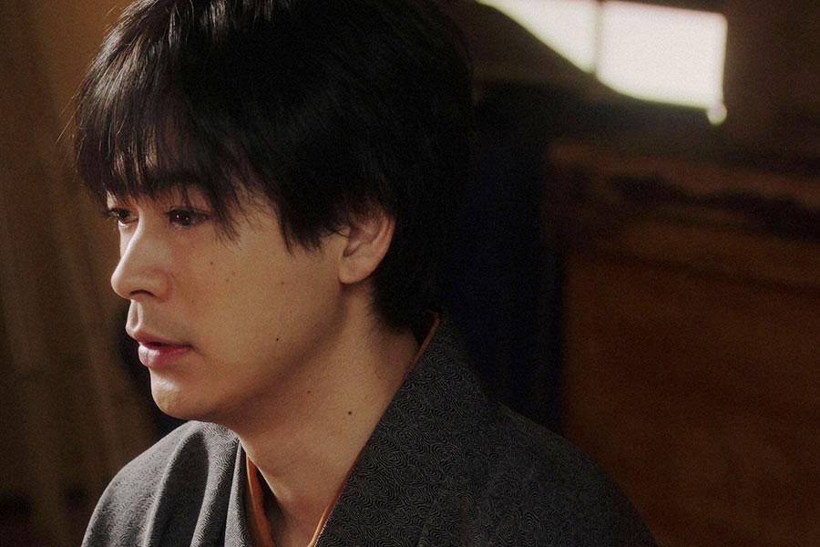 劇団員にあることを言う一平(成田凌)(C)NHK
