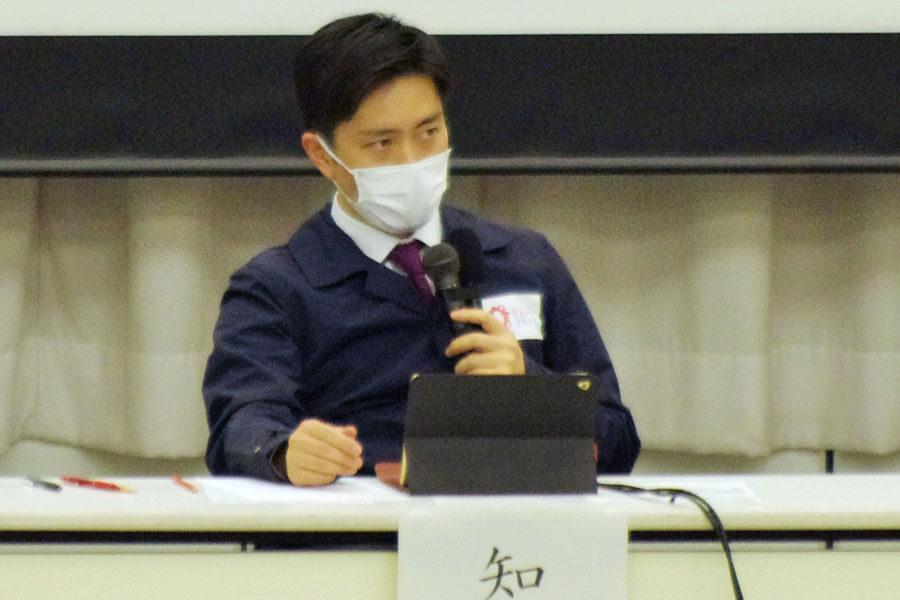 「効果を見せ始めたら宣言を解除し、宣言前の状態に戻すべきではないか」と意見した吉村知事(2月1日・大阪府庁)