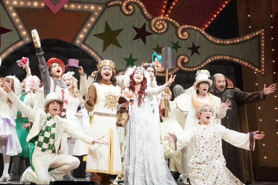 オールキャストで歌を披露した舞台のワンシーンより ©ミュージカル「モンティ・パイソンのSPAMALOT」製作委員会