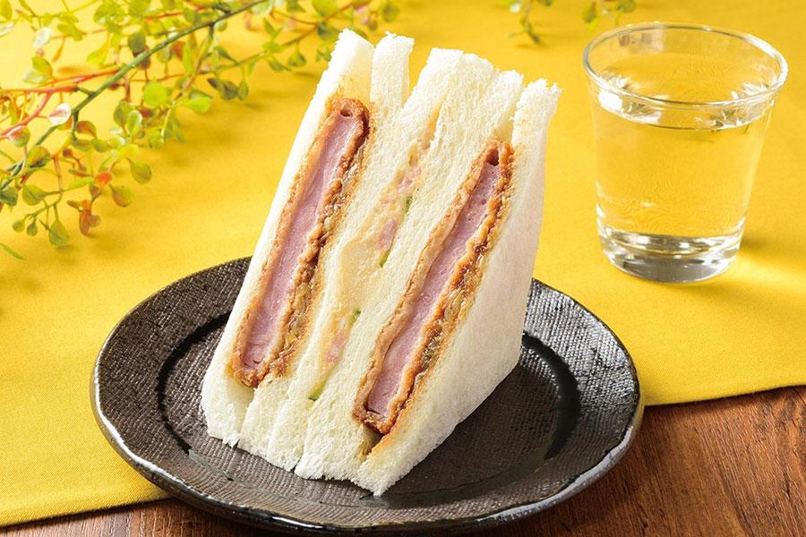 秘伝のソースを使用したハムカツとポテトサラダをはさんだ「串カツ田中監修 ハムカツサンド」298円