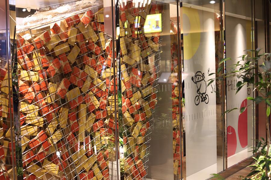 外観イメージ。「人工的な空間・素材での自然や時の流れ」をテーマに、商品の箱や造花などで表現される装飾にも注目