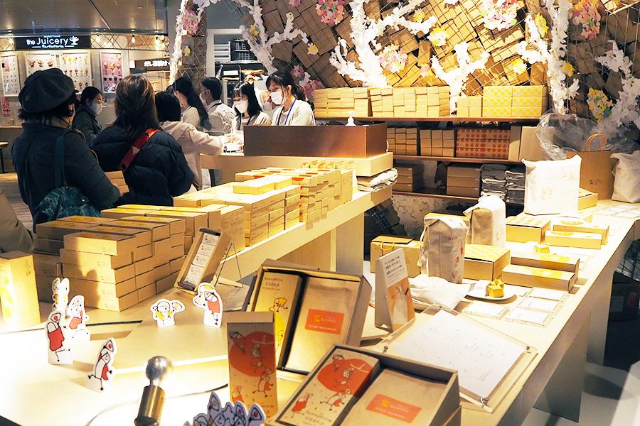 3年かけて日本で誕生した「りんごケーキ」は、青森・弘前地方の紅玉りんごを使い、アジア圏の店舗でも定番商品になるほど好評。商品はパイナップルケーキ、りんごケーキ各1500円(5個入り)ほか、おすめの烏龍茶、紅玉紅茶も販売