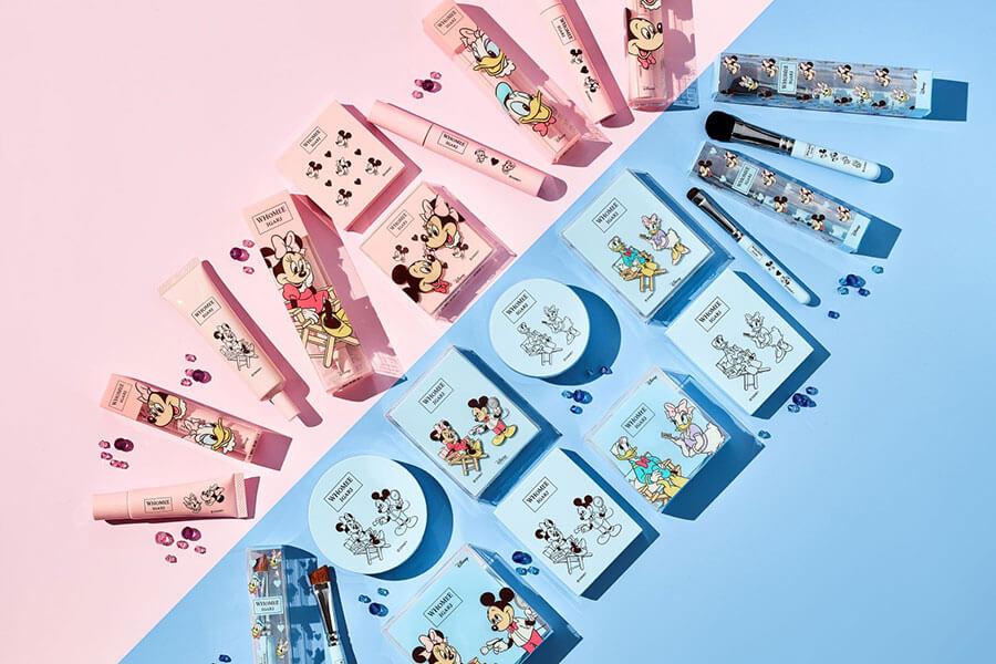 「WHOMEE」おなじみのピンクと珍しいブルーを基調としたデザインに (C)Disney