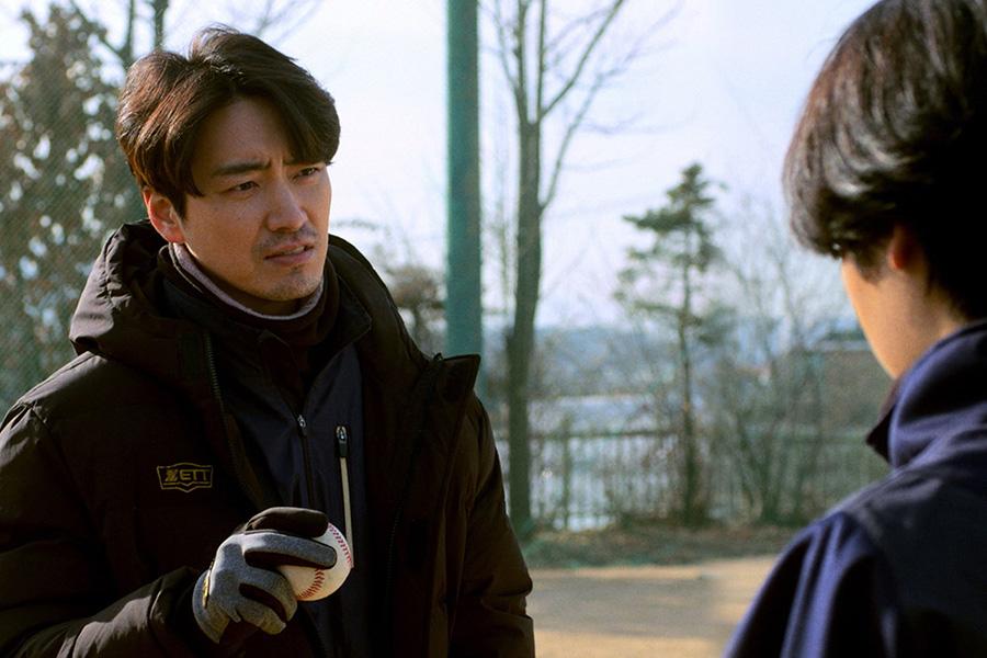 イ・ジュニョクが演じる野球部のコーチは、自身もプロをあきらめて過去を持つ。(C)2019 KOREAN FILM COUNCIL. ALL RIGHTS RESERVED