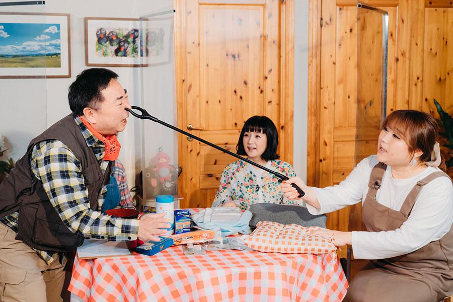 左からドランクドラゴン・塚地武雅、千秋、りんごちゃん(C)ABCテレビ