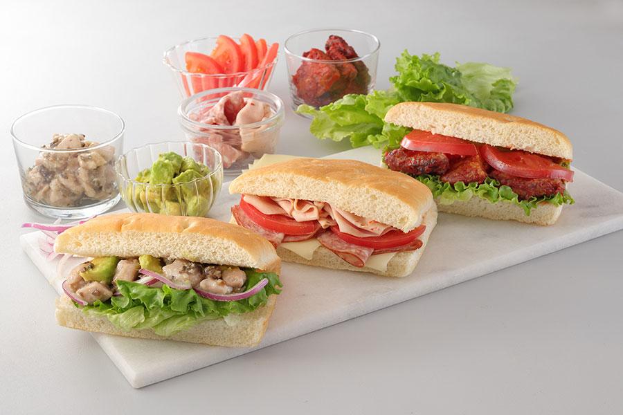 左から『ツナコンフィ&アボカド フォカッチャ』『スライスソーセージ&チーズ フォカッチャ』『ハーブトマト&ソイハンバーグ フォカッチャ』すべて540円(税別)
