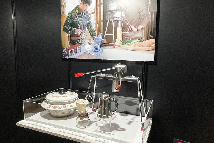 セリの素性をまだ知らないジョンヒョクが、彼女のために麺料理をふるまうシーンで使われた小道具も展示。イケメンのうえに料理ができるヒョンビンにハートをわしづかみされたファンも多いのでは
