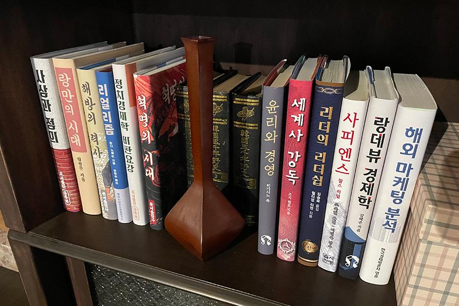 セリとジョンヒョクが、お互いの気持ちを表現した本もディスプレイ。左端の6冊は「サランヘ リ ジョンヒョク(リ・ジョンヒョク愛してる)」、右端の6冊は「ユン セリ サランヘ(セリ愛してる)」