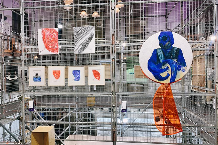 「京都府京都文化博物館 別館」。左は、若手アーティストを推薦するアーティスト陣の1人である塩田千春の作品。右はディレクターである椿昇の作品