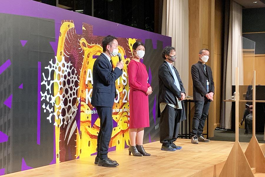 今回のアートアワードの審査員4名。右から、現代美術家・椿昇、ANB Tokyoディレクター・山峰潤也、キュレーター・飯田志保子、国立国際美術館研究員・中井康之
