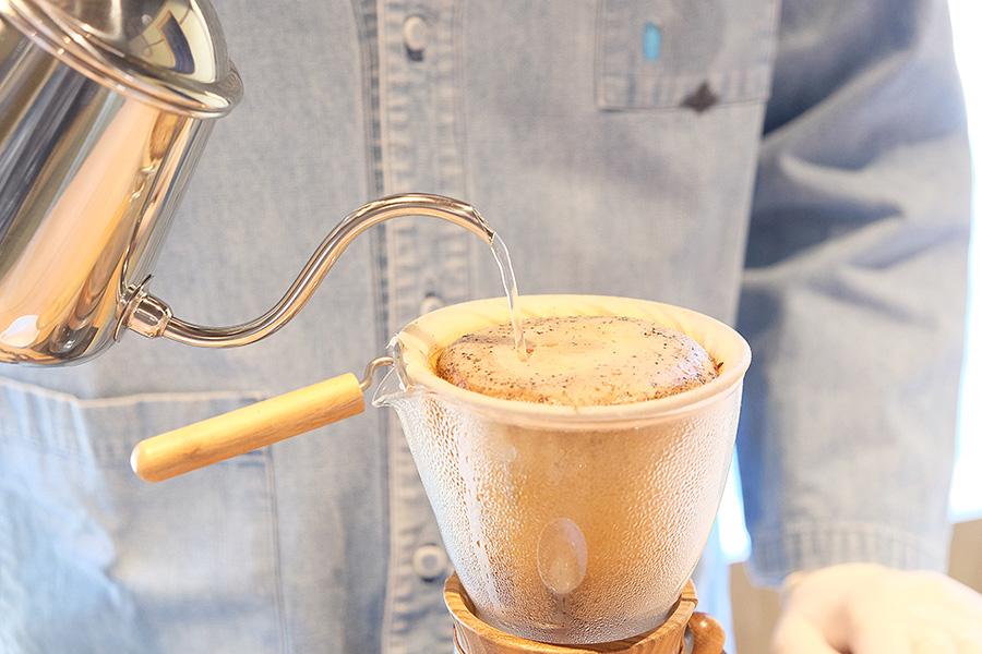「NEL」では目の前でスタッフがネルドリップしたコーヒーを味わえる