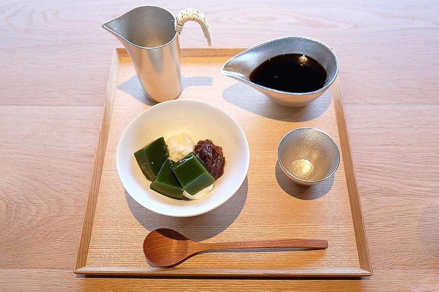 まろやかな口当たりが印象的な「NEL」のコーヒーと、抹茶寒天クリームぜんざい。熱伝導が良く殺菌効果のある「すず」の器で供される。コーヒー豆は2種からセレクト