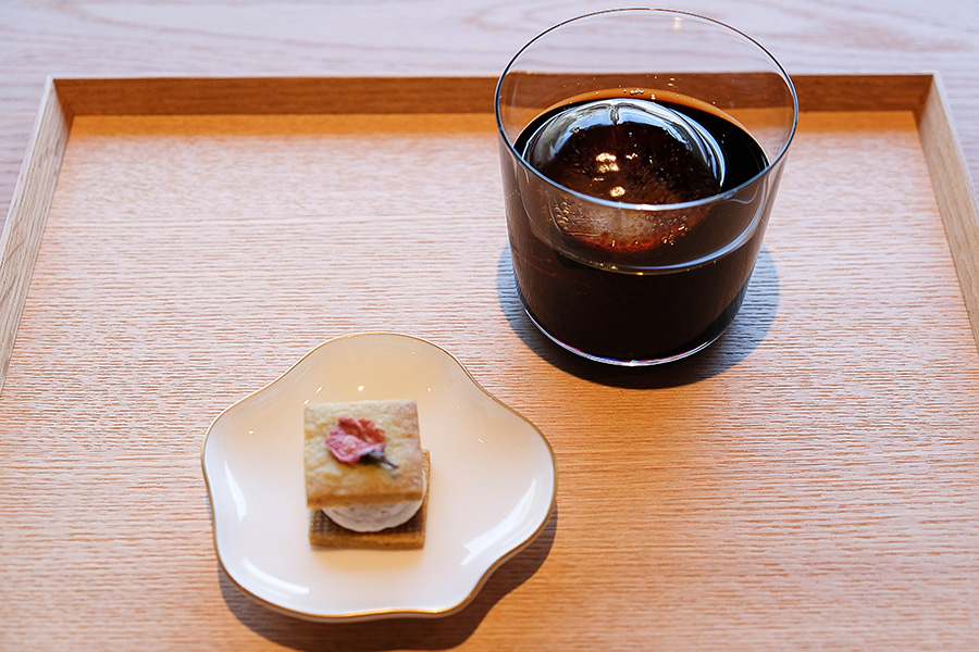 コーヒーの味わいをガツンと感じるウォータードリップの「OJI」でも2種のコーヒー豆からセレクトする。桜の塩漬けをトッピングしたバターサンドクッキーの程よい甘みが好相性