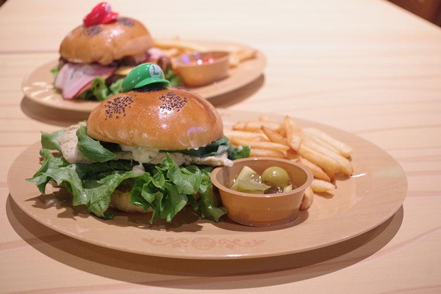 本格的なグリーンカレーにバジルを効かせるなど、大人向けの味わい。ルイージ・バーガー~グリーンカレー・チキン~(2000円)。オリジナルのハンバーガーピックは持ち帰り可能。