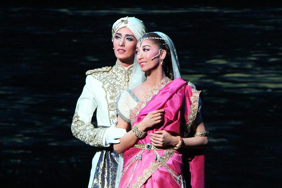 軍服が映えるラッチマン(月城)と、マハ・ラジアの姫であるカマラ(海乃)のひと夏の恋が「まことの愛」に。複雑な心模様の物語は大人の味わい