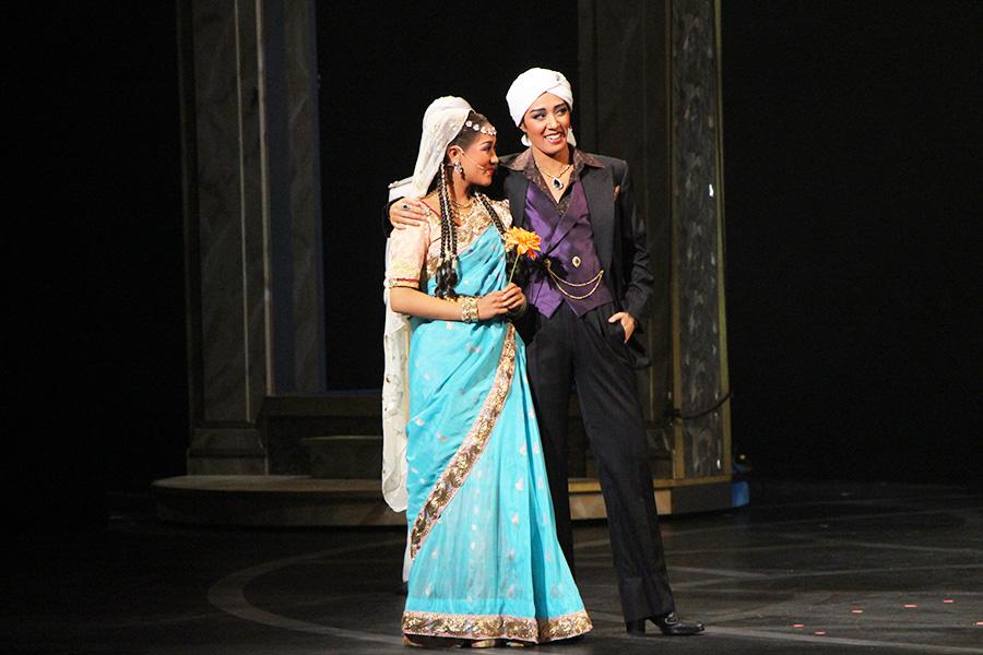 カマラの妹・リタ(写真左・きよら羽龍)と、パリで恋仲になったペペル(風間柚乃)。悪名高いペペルが物語を動かしてゆく