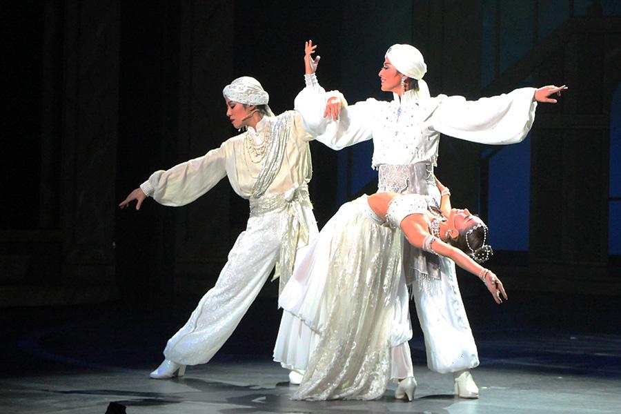 真っ白な衣装でしなやかに踊る真珠の男S(月城かなと)と真珠の女S(海乃美月)。真珠の歌手・風間柚乃とともに黄金バランスの美を見せる