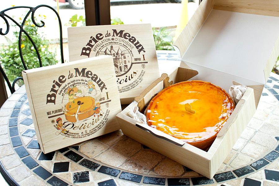 チーズの王様「ブリー・ド・モー」を使用したなめらかな食感のベイクドチーズケーキ「デリチュース」。ホール(直径17.5cm)3780円、(直径13cm)2430円、(直径12cm)1620円