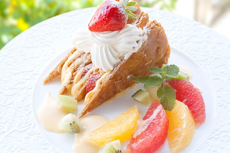 イートインのみ、1日20食限定の「苺のミルフィーユ」720円。アントルメセット(ケーキ+ドリンク)1000円。店内で焼き上げたさくさくのパイにカスタードクリームやふわふわの生クリーム