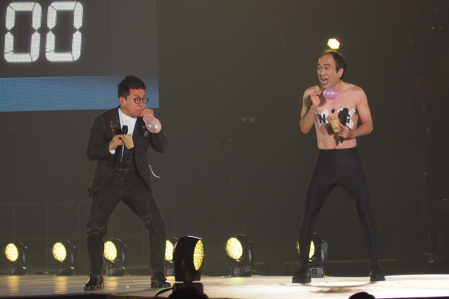 45秒チャレンジに挑戦する宮迫(左)と江頭2:50(7日・大阪市内)