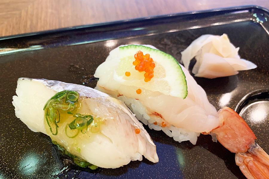 「季節のにぎり寿司」。鰆のたたきポン酢ジュレ添え、海老の柑橘風味