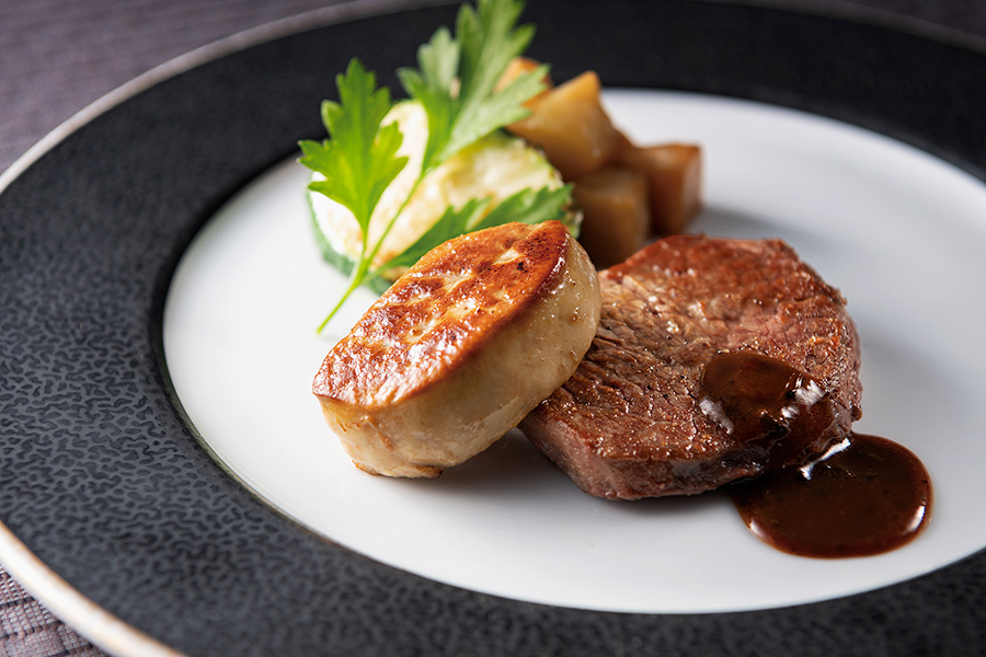 1人1皿限定のスペシャルメニュー「牛フィレ肉とフォアグラのソテー ロッシーニ風トリュフ風味のソース」