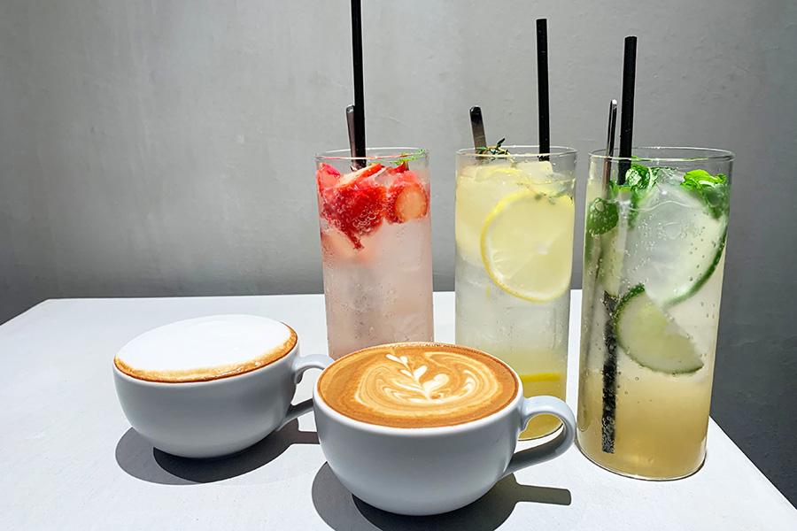 カフェラテ、フラットホワイトなどコーヒーのほか、しまなみレモンのレモネード(640円)、ストロベリーハーバルソーダ(590円)、ボタニカルジンジャエール(590円)やパティシエが作ったホットチョコレート(590円)といったドリンクも揃う(以上税別)
