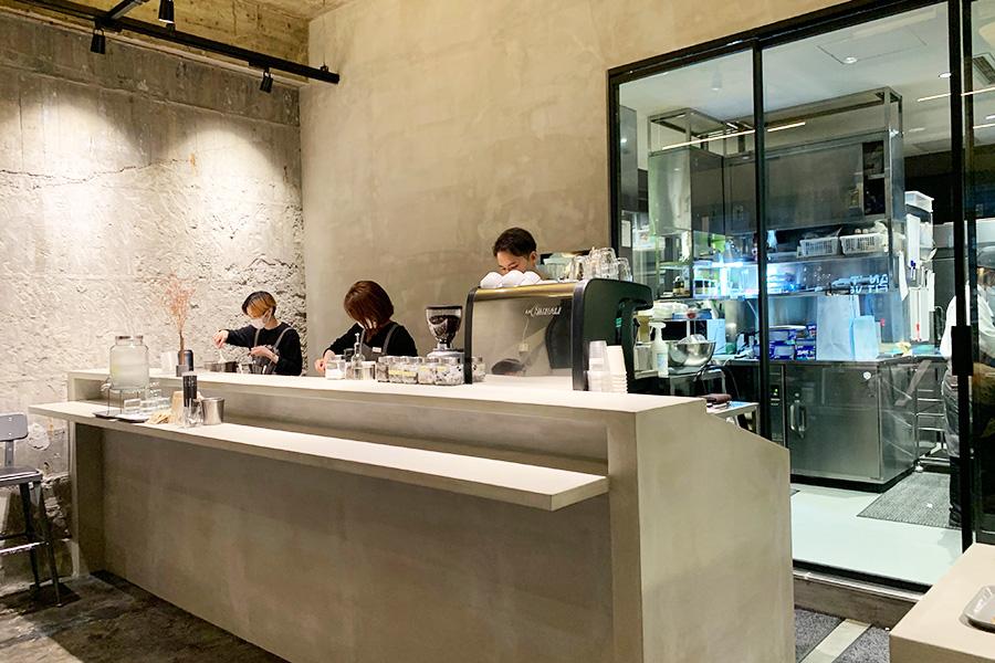 ドリンクのコーナー。ソムリエール&バリスタの資格を持つ須澤知佳さんが監修。トップクラスのバリスタによる個性的なブレンドで人気の「心斎橋焙煎所」にスペシャルオーダーしたオリジナルブレンドコーヒーは、ブラジルベースにペルー、コロンビアなどを合わせて中煎りに