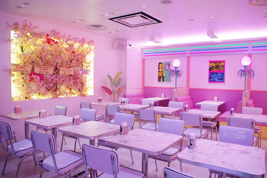 パステルカラーで統一された「Honmani Chicken」店内の様子。3月31日からは、写真左側の壁に100インチの特大テレビが設置される