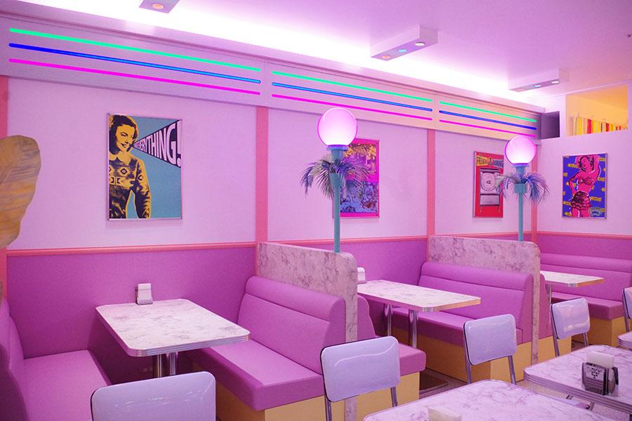 ピンクや白を基調としたパステルカラーの空間に