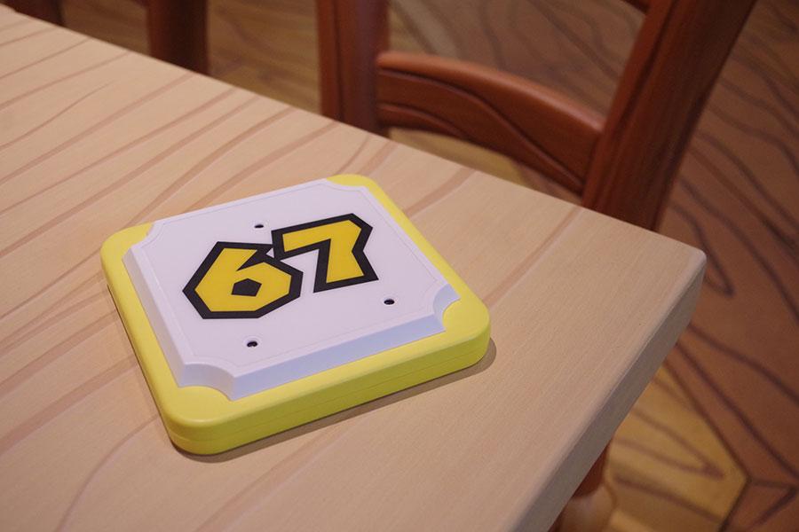 会計後にナンバーディスクをもらってテーブルへ