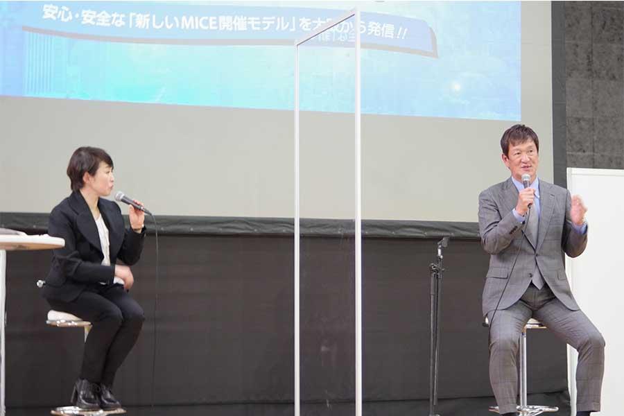 MCの酒井連子さん(左)と片岡篤史さん