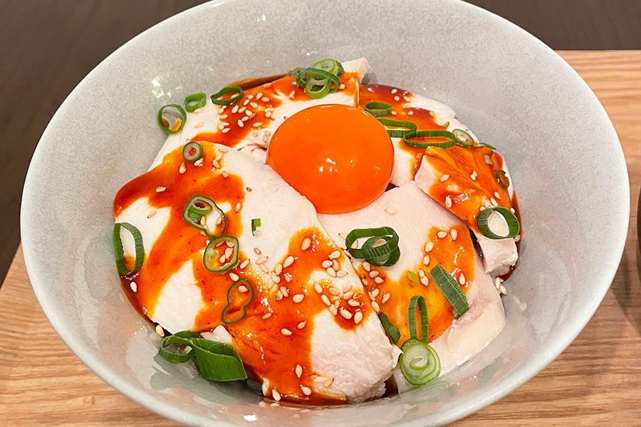 夜メニュー限定の「とりチャーシュー丼」(1000円) 画像提供:煌めきの卵