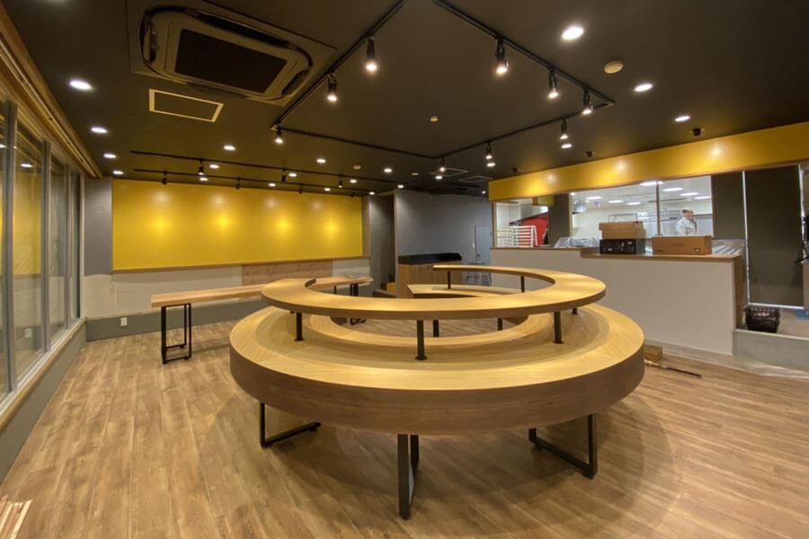 「淡路島ばぁむ工房 maaru factory」の1階イメージ。バウムクーヘンの形をした大きなテーブルがお出迎え