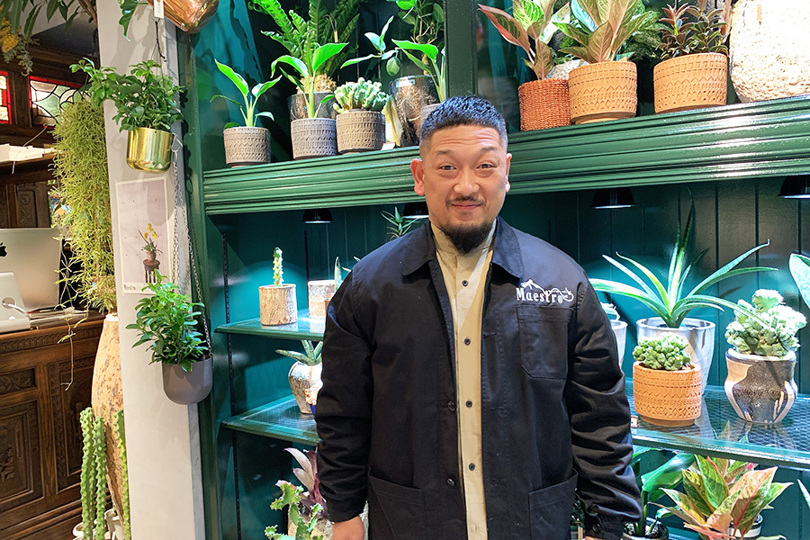 花や緑で美しい作品を生み出す、綛谷武史氏