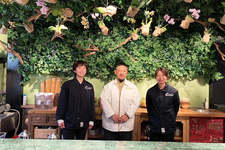 中央が主宰、綛谷武史氏。「Maestro花緑事務所」は2009年よりスタート