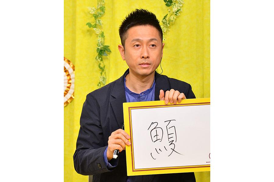 鈴木からのクイズに回答するロザン・宇治原(写真提供:MBS)